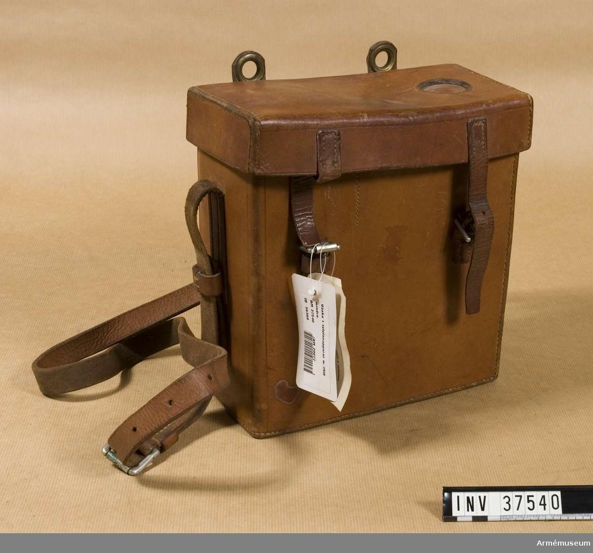 Samhörande nr 37538-40, telefon, hörtelefon, väska. Väska till telefonapparat m/1918 mindre. Grupp H I.