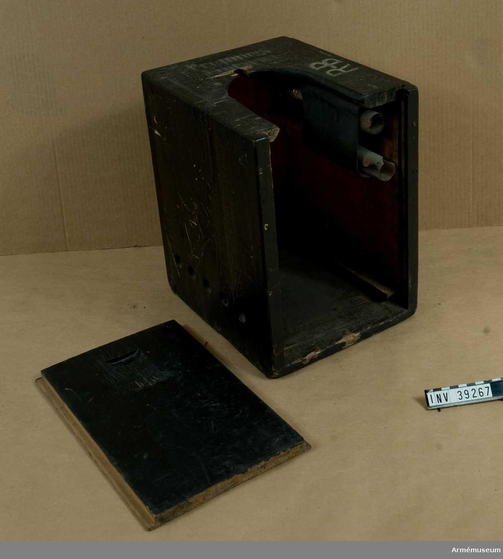 Grupp H III.  Två reservglas i lådan.  Samhörande nr AM.039266-AM.039267, lanterna, fodral.