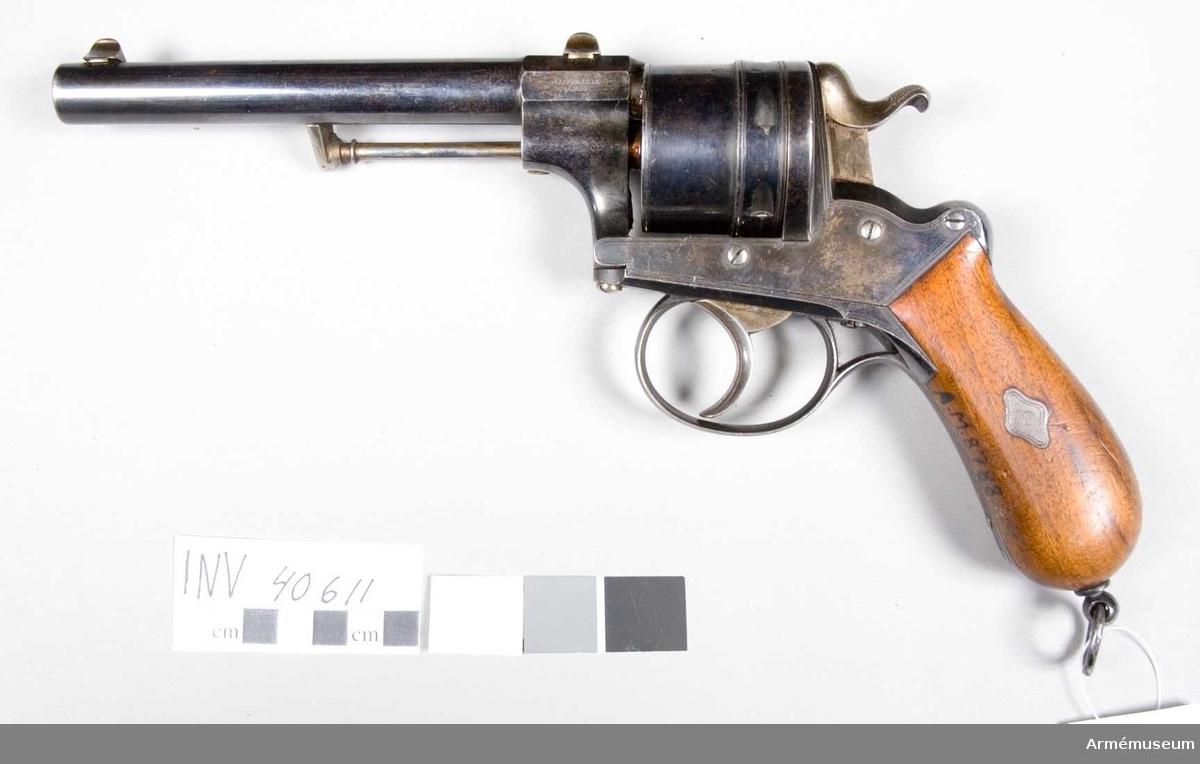 """Grupp E III. Revolvern har 15,4 cm lång pipa, som till sin längsta del är rund och som 12,5 cm från pipans mynning övergår till åttkantig form. Trumman är avsedd för sex patroner. Samtliga delar utom hane, avtryckare och siktmedel är blånerade. Kolvskenorna är av brun valnöt. Revolvern saknar tillverkningsnr men är på pipans vänstra sida märkt """"A Francotte á Liège"""". På trumman Lièges stämpel """"ELG"""" samt ett krönt """"V"""". På vapnets högra sida finns ett krönt """"AF""""."""