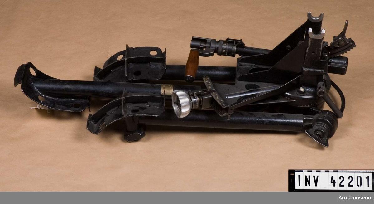 Grupp E IV. Samhörande till kulsprutan finns lavett, bandlådehållare, två bärhandtag, riktmärke med tillbehör, ångslang, åtta bandlådor, vattenlåda, reservpipa i fodral, fyra reservpipor i trälåda, reservlåda, manteltätare.