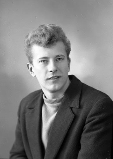 "Enligt fotografens journal nr 8 1951-1957: ""Bergvall, Herr Yngve Box 401 Stenungsund""."