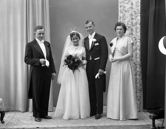 """Enligt fotografens journal nr 8 1951-1957: """"Johansson, Herr Rolf, Utby, Hjärtum""""."""