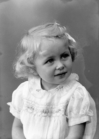 """Enligt fotografens journal nr 6 1930-1943: """"Johansson, Ingrid (Handl. J.) Höviksnäs""""."""
