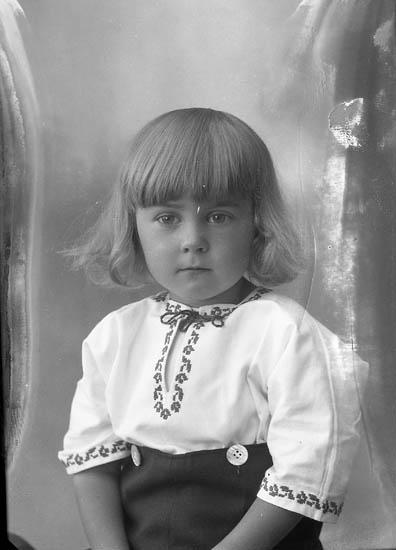 """Enligt fotografens journal nr 5 1923-1929: """"Magnusson, Lennart Torp Norum""""."""