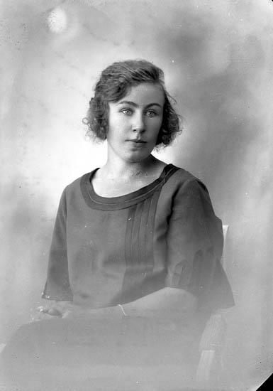 """Enligt fotografens journal nr 5 1923-1929: """"Johansson, Gunborg Burås Svanesund""""."""