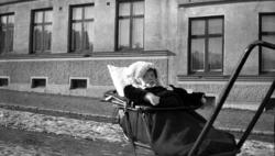 """Enligt fotografen: """"Barn i kärra på gata""""."""