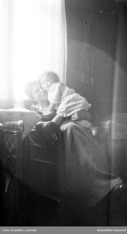 """Enligt fotografen: """"Kvinna med barn"""".                   ::"""