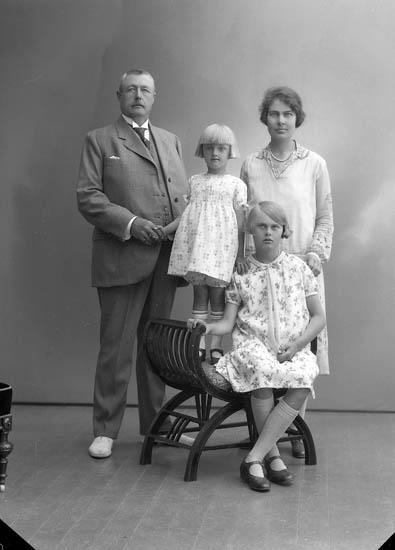 """Enligt fotografens journal nr 5 1923-1929: """"Pettersson, C.J. Uppegård Här""""."""