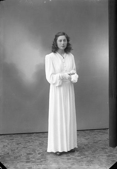 """Enligt fotografens journal nr 7 1944-1950: """"Svensson, Edit Munkeröd Här""""."""
