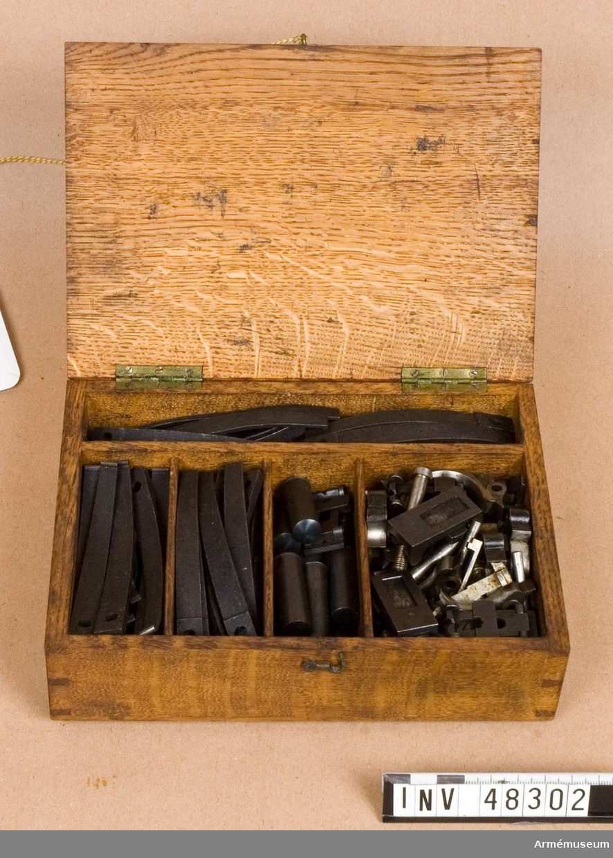 Samhörande nr är 48300-2, låda, verktyg, reservdelar. Grupp E VIII.