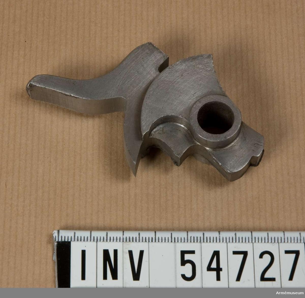 Grupp E VIII. Stadium 15 i tillverkningsordningen. Gevärsdel till 1867 års gevär m/1867, en av c:a 400 delar.