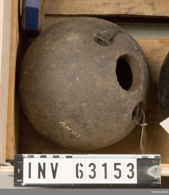 Grupp F II.   Brandbomb enligt äldre artillerimåttstocken och den år 1742  fastställda modellen.