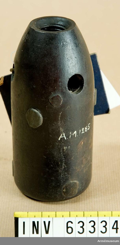 """Grupp F II.   Försedd med tre styrknappar av zink samt tre bakre stödknappar av mässing.  Brandgranat, 7 cm. Tom. 2""""25, 1863-64 års skjutförsök."""