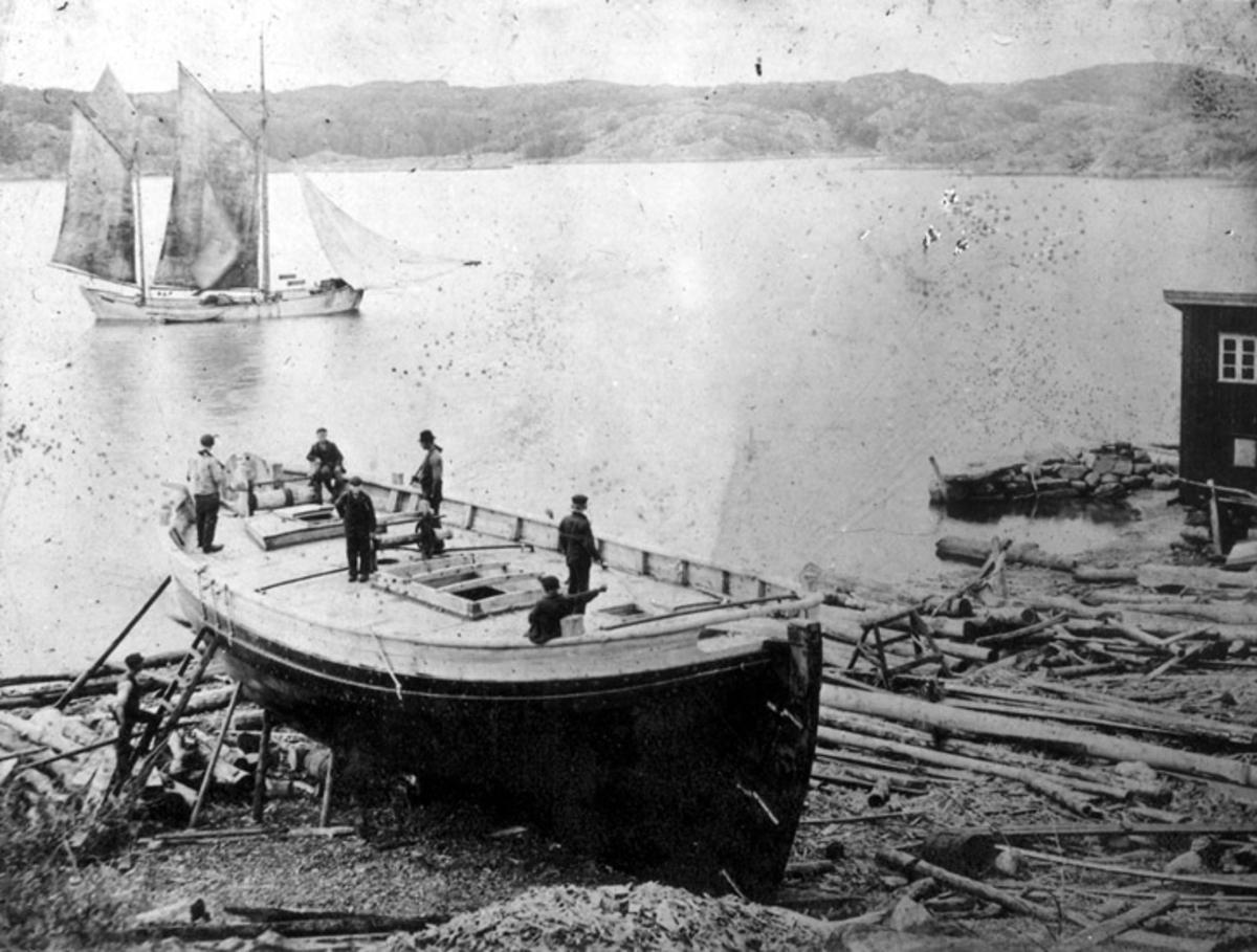 Skrivet på baksidan: Klinkbygge färdigt för sjösättning. Uppköpare båt för sollfraktning. Byggd för Karl Holm, Klädesholmen. omkr. 1905.