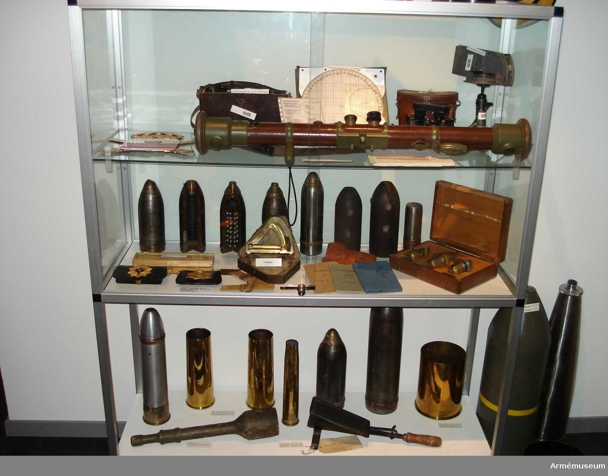 Grupp F II.  8,4 cm granatkartesch m/1893 med lätt dubbelrör m/1891-94. Genomskuren.
