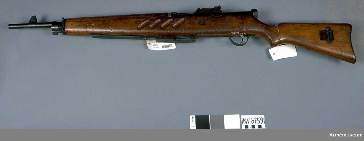 """Vapnet märkt med (SA) stämpel (Suomen Armeija) och """"SS-41"""".  Samhörande nr är 2709-2710: 1 kulsprutepistol, 1 gevärsrem av väv."""