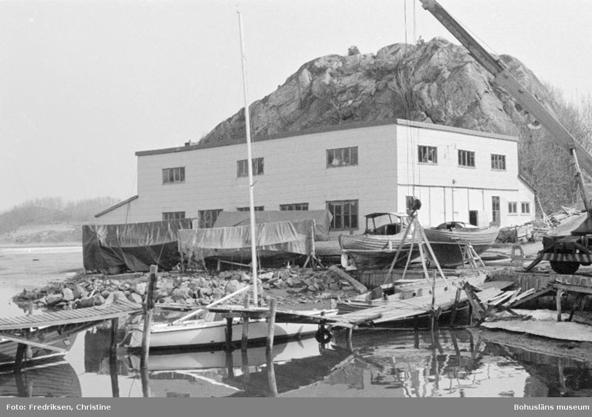 """Motivbeskrivning: """"Nilssons Båtbyggeri, Bojarkilen, Strömstad. Verkstadsbyggnaden."""" Datum: """"19800429."""" Riktning: Ö."""