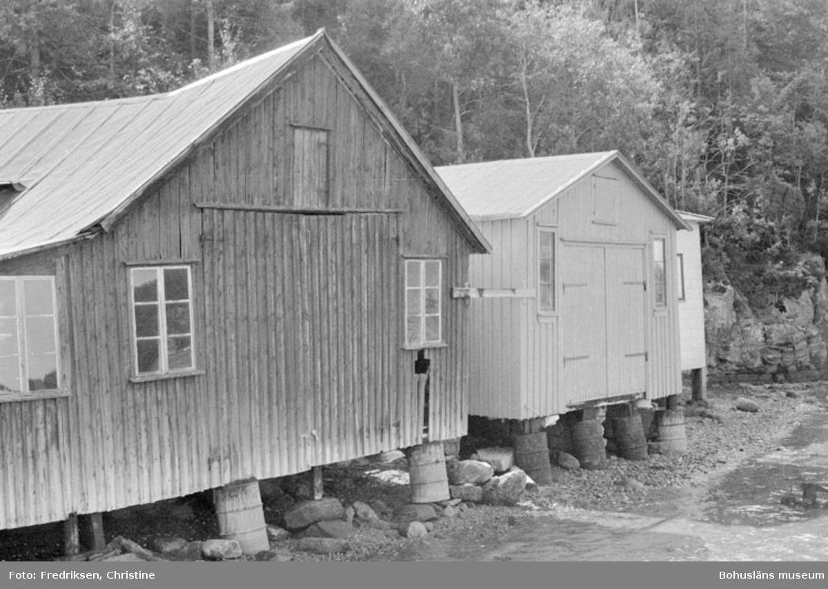 """Motivbeskrivning: """"Bröderna Karlssons varv, till vänster båtbyggarverkstad uppförd 1931, till höger därom båtbyggarverkstad uppförd senare på 1930-talet. Bilden tagen utifrån bryggan."""" Datum: 19800711 Riktning: Sö"""