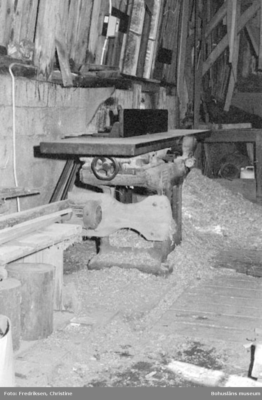 """Motivbeskrivning: """"Bröderna Karlssons varv, interiör från båtbyggarverkstaden uppförd 1931. På bilden syns en rikthyvel."""" Datum: 19800711 Riktning: Sö"""