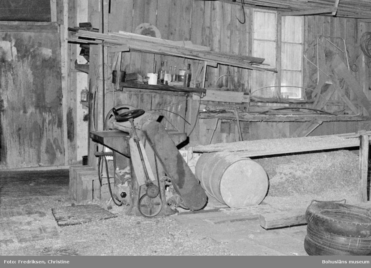 """Motivbeskrivning: """"Bröderna Karlssons Varv, interiör från båtbyggarverkstaden uppförd 1931. På bilden syns en planhyvel."""" Datum: 19800711 Riktning: Sv"""