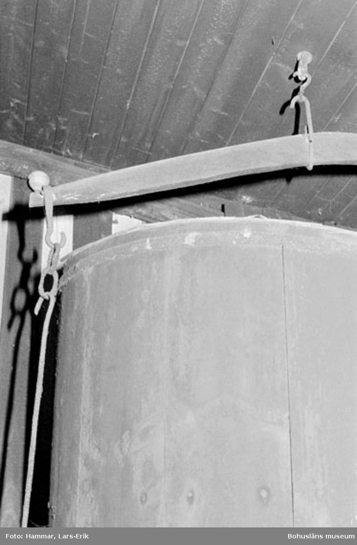 """Motivbeskrivning: """"F.d varv i Skredsvik, detalj. Blåsbälg (bilden tagen i smedjan)."""" Datum: 19800717"""