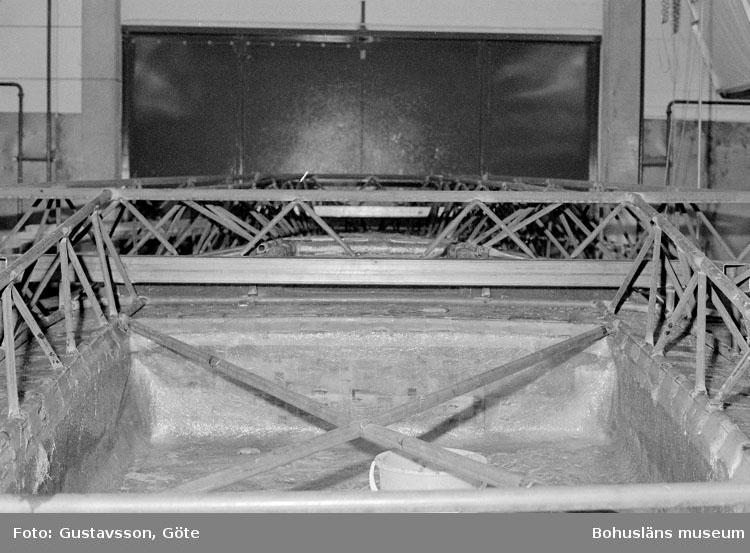 """Motivbeskrivning: """"Gullmarsvarvet AB, bild från sprutrum nr 6. Tillverkning av skrov- och däckform."""" Datum: 19801031"""