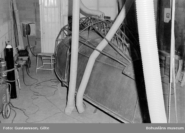 """Motivbeskrivning: """"Gullmarsvarvet AB, bild från b-hallen på bilden syns form till Felix (Mölnlycke Marin)."""" Datum: 19801031"""