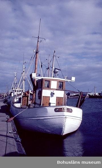 """Motivbeskrivning: """"Bild från Hönö Hamn. (fotograf: Christine Fredriksen).""""  Datum: 1980-10-02."""