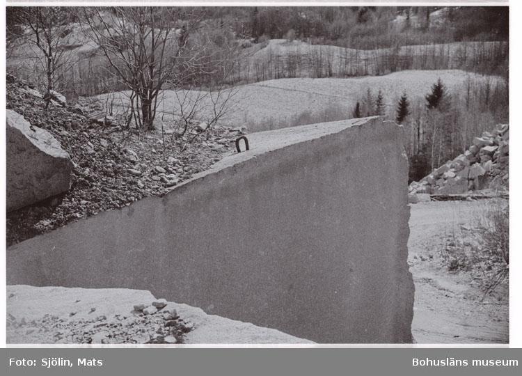 """Bohusläns samhälls- och näringsliv. 2. STENINDUSTRIN. Film: 1  Text som medföljde bilden: """"Div. Hillern brottet. April -77."""""""