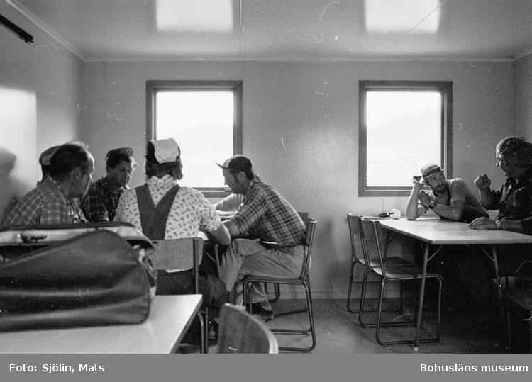"""Bohusläns samhälls- och näringsliv. 2. STENINDUSTRIN. Film: 33  Text som medföljde bilden: """"Lunch"""". Juli 1977."""""""