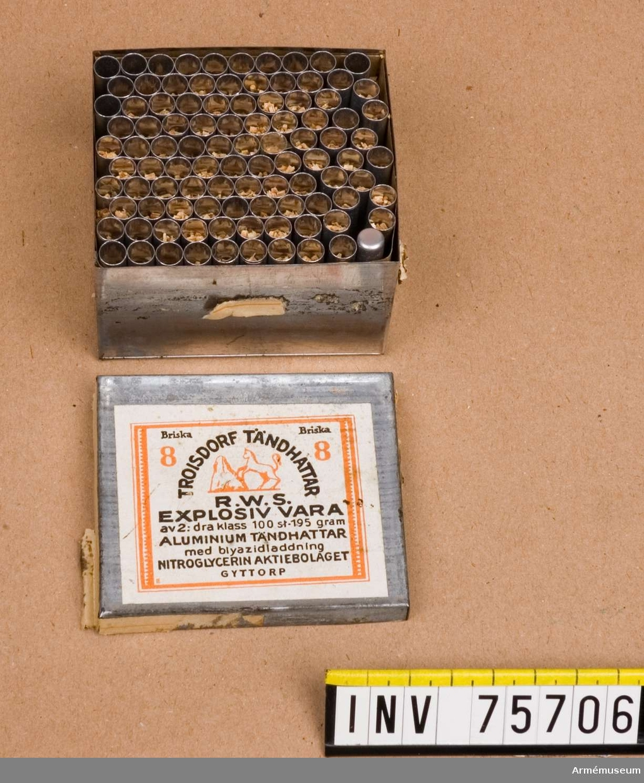 Grupp G III.  Ask av bleckplåt innehållande 100 stycken aluminiumtändhattar nr 8.