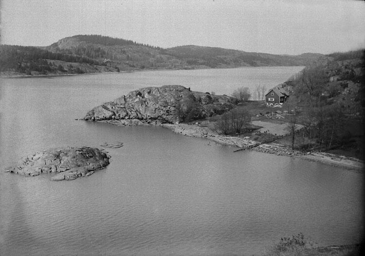 """Enligt noteringar: """"Svinevik på Torreby, byggt av flygare Dyrssen som sommarbostad. Nuvarande ägare skådespelerskan Barbro Kollberg (1990)."""" (BJ)"""