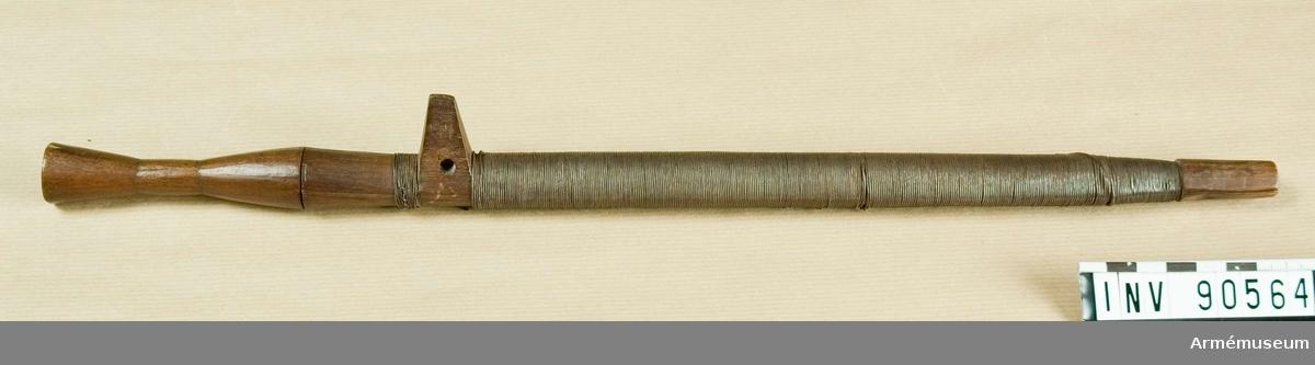 Fäste och balja i trä, baljan inlindad i metalltråd.