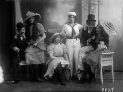 """Enligt senare noteringar: """"Ateljéfoto av grupp av skådespela"""