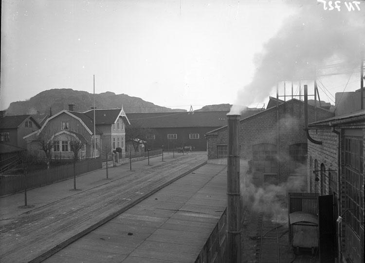 """Enligt tidigare noteringar: """"Vy över del av Uddevalla Tändsticksfabrik och disponentvillan vid Norra Långgatan (=Kilbäcksgatan)."""" Kilbäcksgatan-Östergatan."""