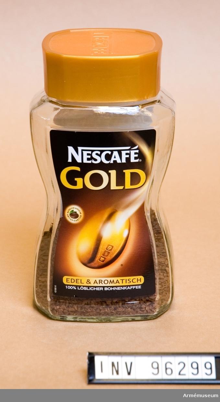 Glasburk med pulverkaffe av märket Nescafé gold.