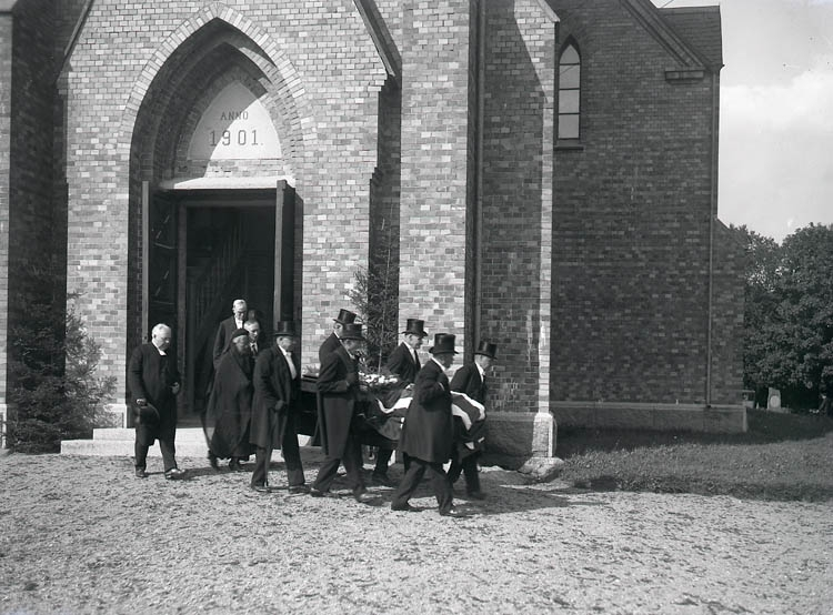 """Text till bilden:""""Majvor Falséns stoft bärs ut ur Ljungs kyrka""""."""
