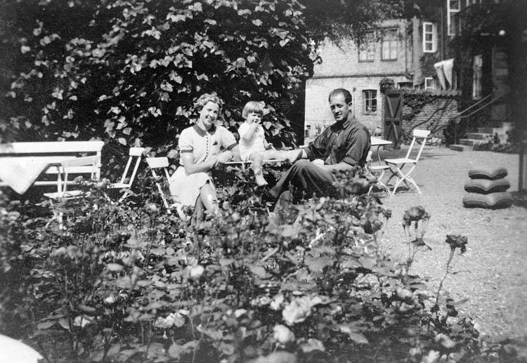 """""""Familjebild i trädgård"""""""