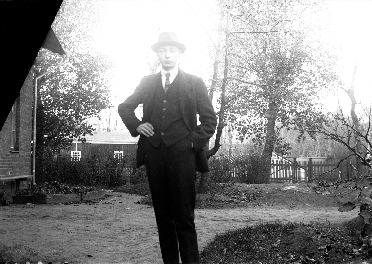 I kvarter Jägmästaren i Jönköping står Gustav Andersson på en gårdsplan med staket och grind, i bakgrunden syns ett lågt trähus.