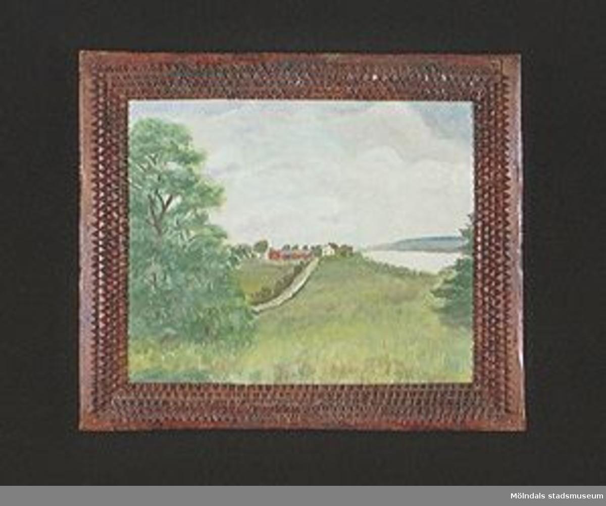 Målning av landskap på masonit. Brunbetsad träram skuren i tandsnitt i flera bårder. Ramen 1800-tal.