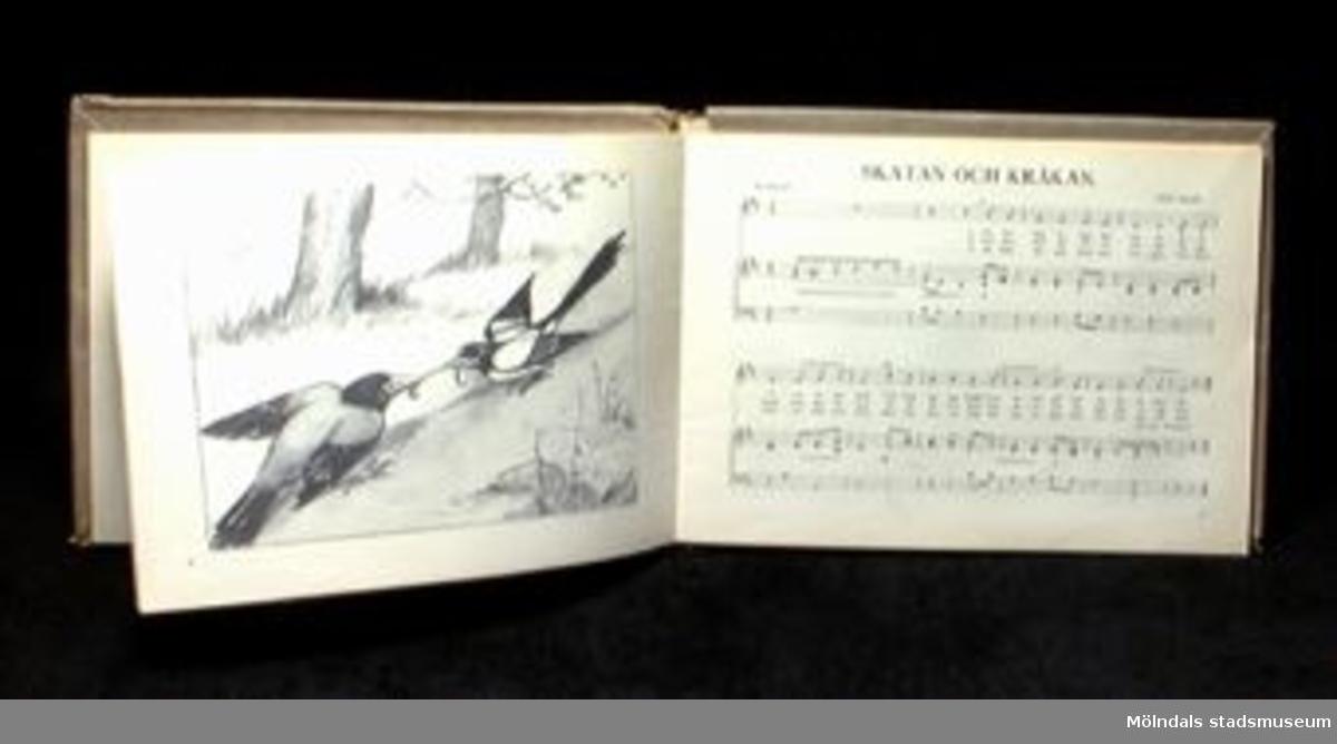 """""""Lek och allvar"""", fjortonde samlingen. Musik av Hj. Arleman, Elis Johansson, Jacob Nyvall, Vilh. Sefve, Alice Tegnér och Bertil Wallin. Illustrerad av Kerstin Frykstrand. Sthlm, 1938. 32 sidor. Sammanbunden med Femtonde samlingen, Sthlm, 1939. 32 sidor. Egentillverkat omslagspapper . På framsidan en etikett märkt i blå bläck: LEK OCH ALLVAR. Inuti boken finns en lapp med en handskriven visa på."""