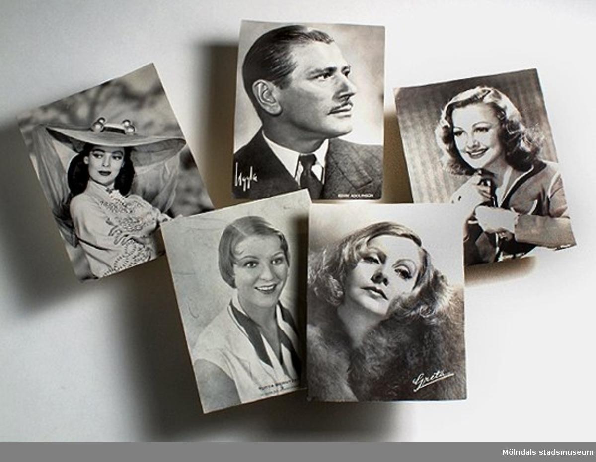 Prov på finpapper tillverkat vid 7:ans maskin. Nio bilder av filmstjärnor, varav en oval.Bilderna klipptes ut och sparades av personalen.