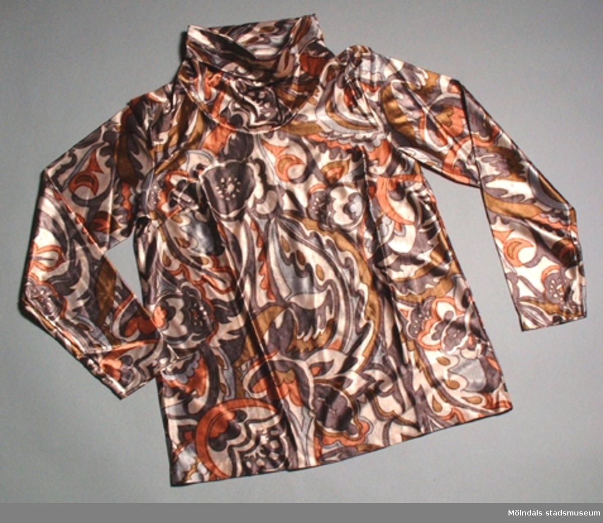 En dampyjamas med lång ärm, mönstrad i bruna färger, storlek small.Byxa:      Längd:  1040 mm.               Bredd:   500 mm.Ej använd.