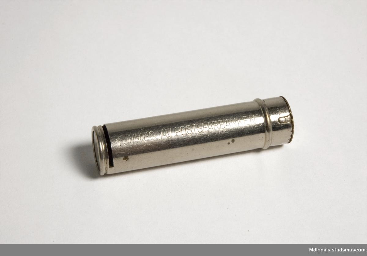 I metallröret läggs tioöringar. Röret kan öppnas med nyckel och tömmas av Postsparbanken. När röret är fullt är värdet 5 kr.