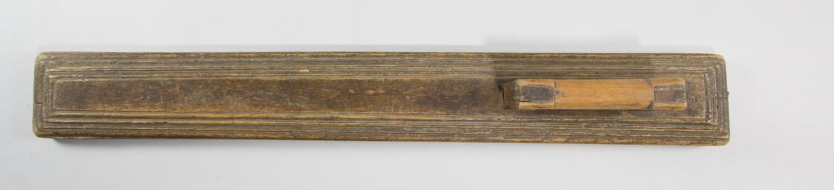 """Mangelbräde i trä med skuren dekor och handtag. Märkt """"A S 1786"""".  Används tillsammans med kavel SKANM.0030501 B."""
