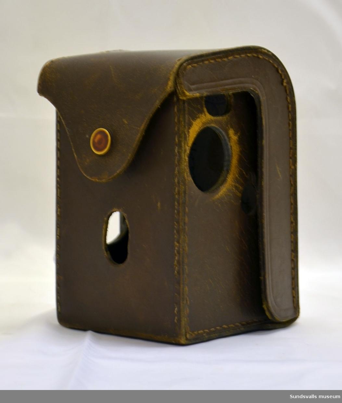 Väska i skinn, anpassad för tillhörande kamera.