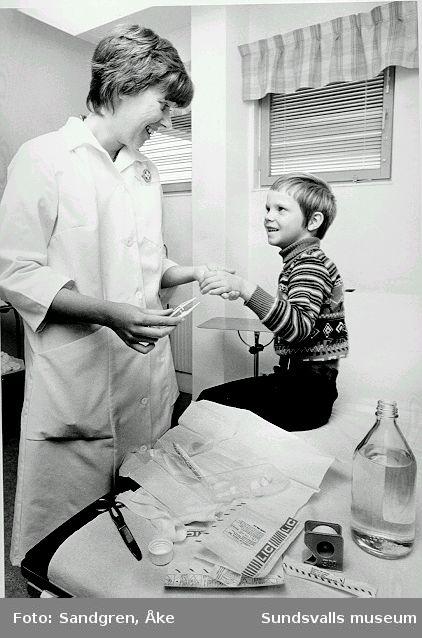Sjukvårdspersonal gör omläggning på patient.
