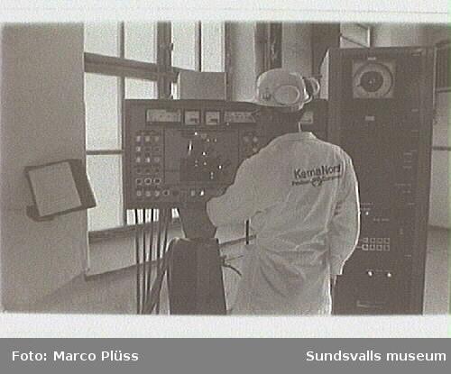 Stockviksfabriken. 03-05 PM-labb. Formalinfabriken i bakgrunden, 09 PM fabriken, magasin i förgrunden,11-14 kalkugn, 516 Kvarn Compound - försökslabb, 34-35 maskin för sprutning av plaströr.