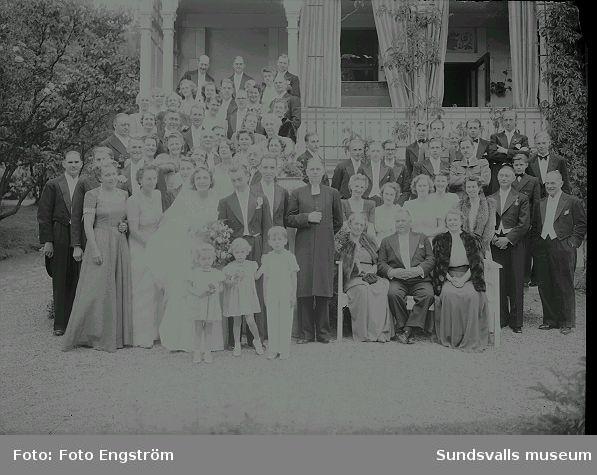 Bröllopsfoto, gruppbild utanför byggnad.