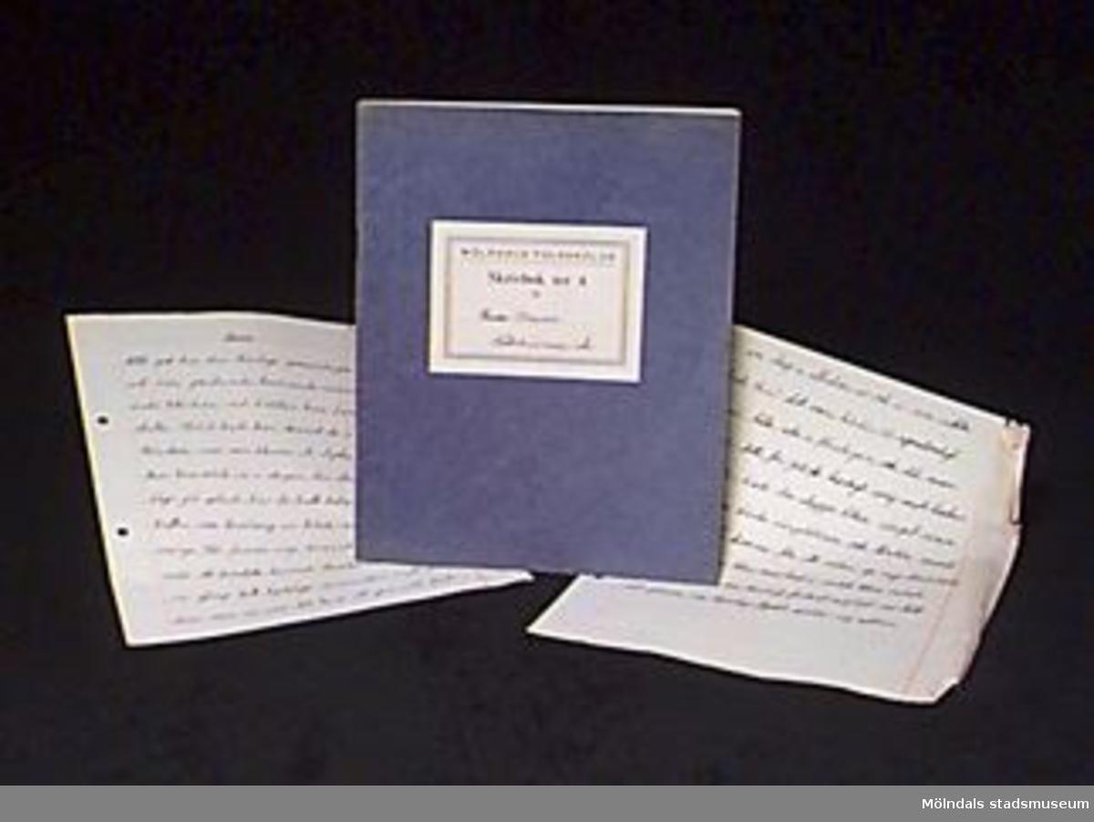 """:1 Blå skrivbok med linjerade sidor. På omslaget en etikett med tryckt text: """"MÖLNDALS FOLKSKOLOR/Skrivbok n:r 4 för"""" samt skrivet med bläck: """"Rune Olsson Rättskrivningsbok"""". Mått: L 227 mm, B 180 mm, H 2 mm.:2 Ett linjerat blad, med hål för att kunna sättas i pärm. Text skriven med bläck och rödpenna. Mått: L 214 mm, B 200 mm.:3 Ett linjerat blad, med hål för att kunna sättas i pärm. Text skriven med bläck och rödpenna. Mått: L 214 mm, B 200 mm.Givaren gick hela sin skoltid i Toltorpsskolan."""